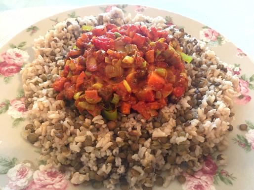 Plat végétarien aux épices (lentilles, riz, tomates, carottes...)