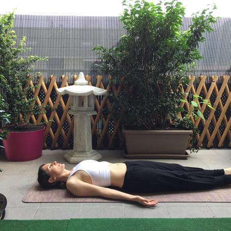 Postures d'échauffement couchée en Yoga