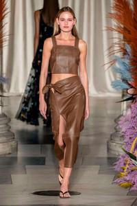 Conjunto com saia de fenda marrom