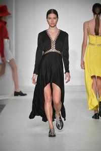 Modelo com vestido longo preto