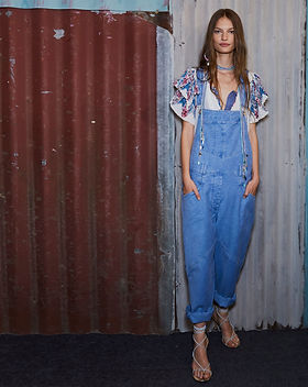Modelo com jardineira jeans