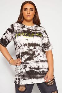 Modelo plus size usando camiseta tie dye