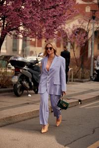 Mulher vestindo conjunto de alfaiataria em Milão