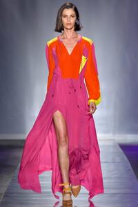 Modelo usando saia longa pink