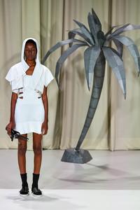 Modelo posando com vestido branco