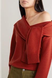 Mulher vestindo blusa Monse com recortes