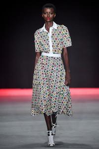Modelo usando vestido estampado midi