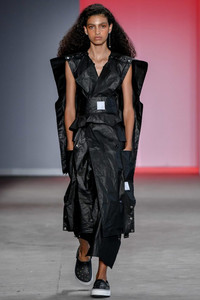Modelo desfilando vestido preto