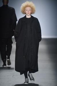 Modelo com roupa preta