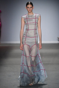 Modelo usando vestido longo cinza