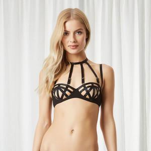 Mulher com lingerie preta