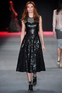 Modelo usando vestido preto