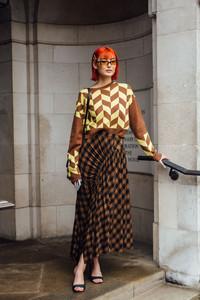 Mulher usando conjunto estampado em Londres