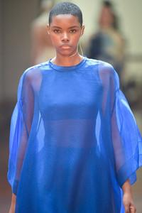 Modelo usando roupa azul