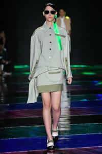 Modelo com conjunto verde e cinza
