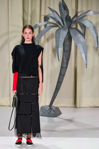 Modelo posando com vestido preto