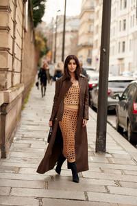 Mulher vestindo conjunto de malha retilínea em Paris