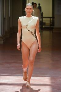 Modelo usando maio nude