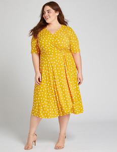 Modelo plus size de vestido amarelo