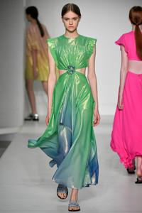 Modelo com vestido verde com recortes