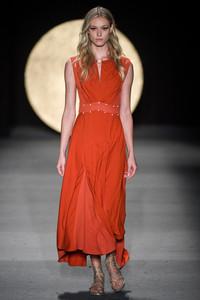 Modelo usando vestido laranja