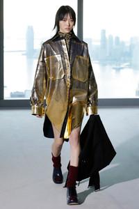 Modelo desfilando com roupa metalizada