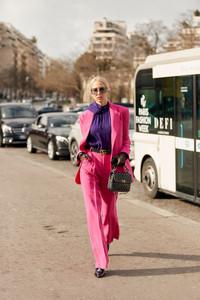Mulher vestindo conjunto de alfaiataria em Paris