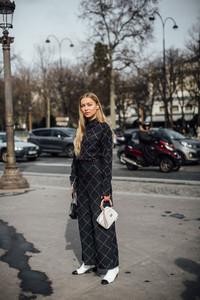 Mulher usando conjunto estampado em Paris