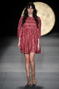Modelo usando vestido estampado vinho