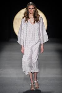 Modelo usando vestido branco