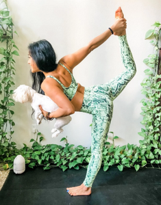 Mulher praticando yoga Alo Yoga
