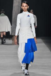 Modelo desfilando com saia azul de babados