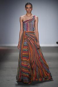 Modelo usando vestido longo listrado colorido