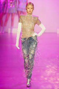 Modelo desfilando com roupas brilhantes