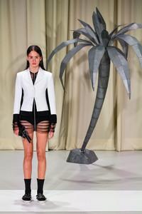 Modelo posando com vestido com transparencia