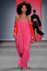 Modelo desfilando com vestido rosa