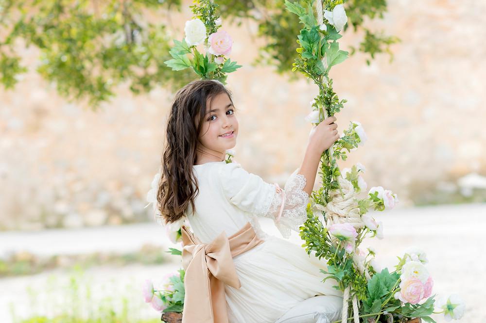 Reportaje de comunion en exteriores - Columpio de flores en el jardin