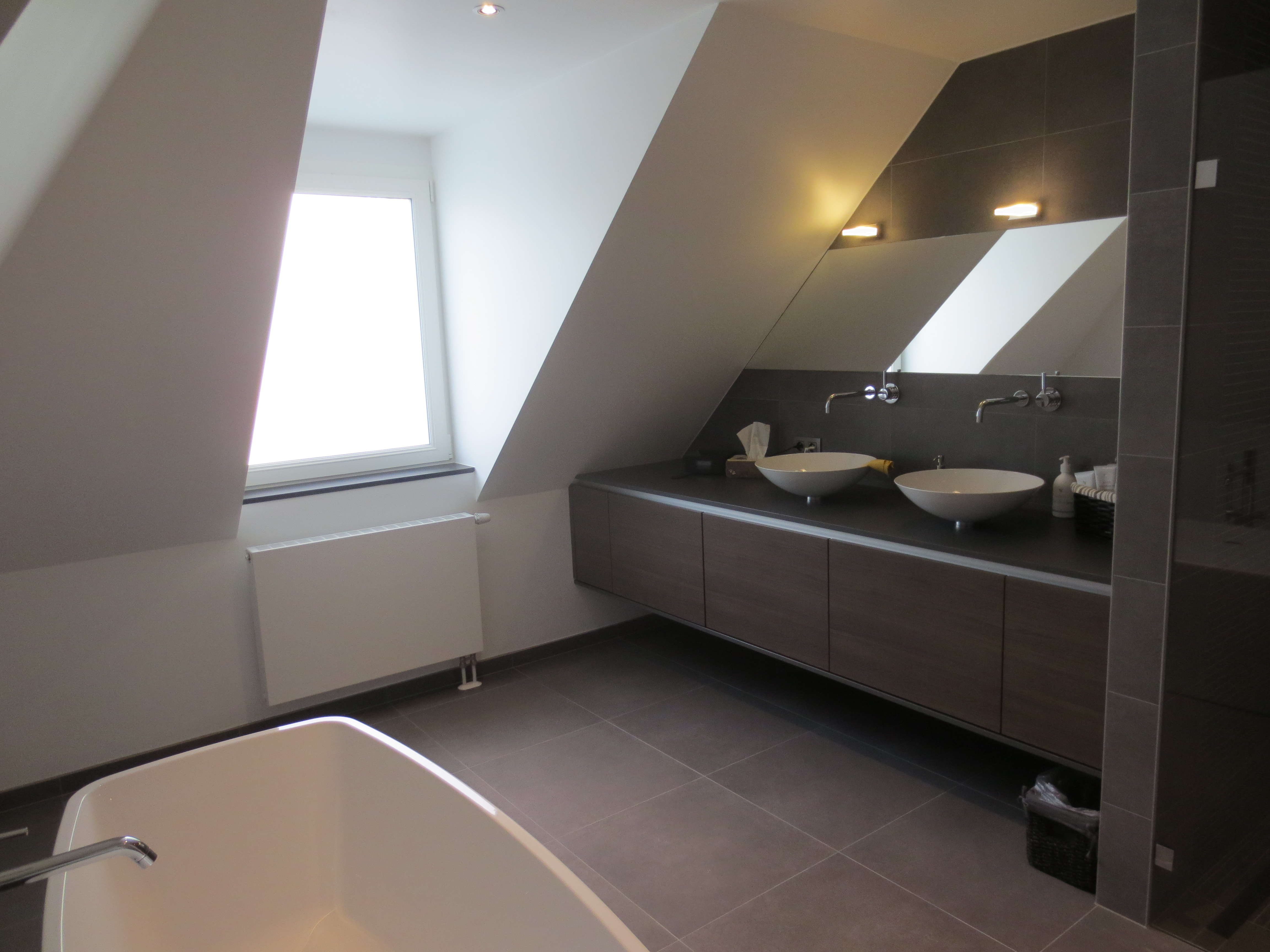 Afgewerkte grote badkamer