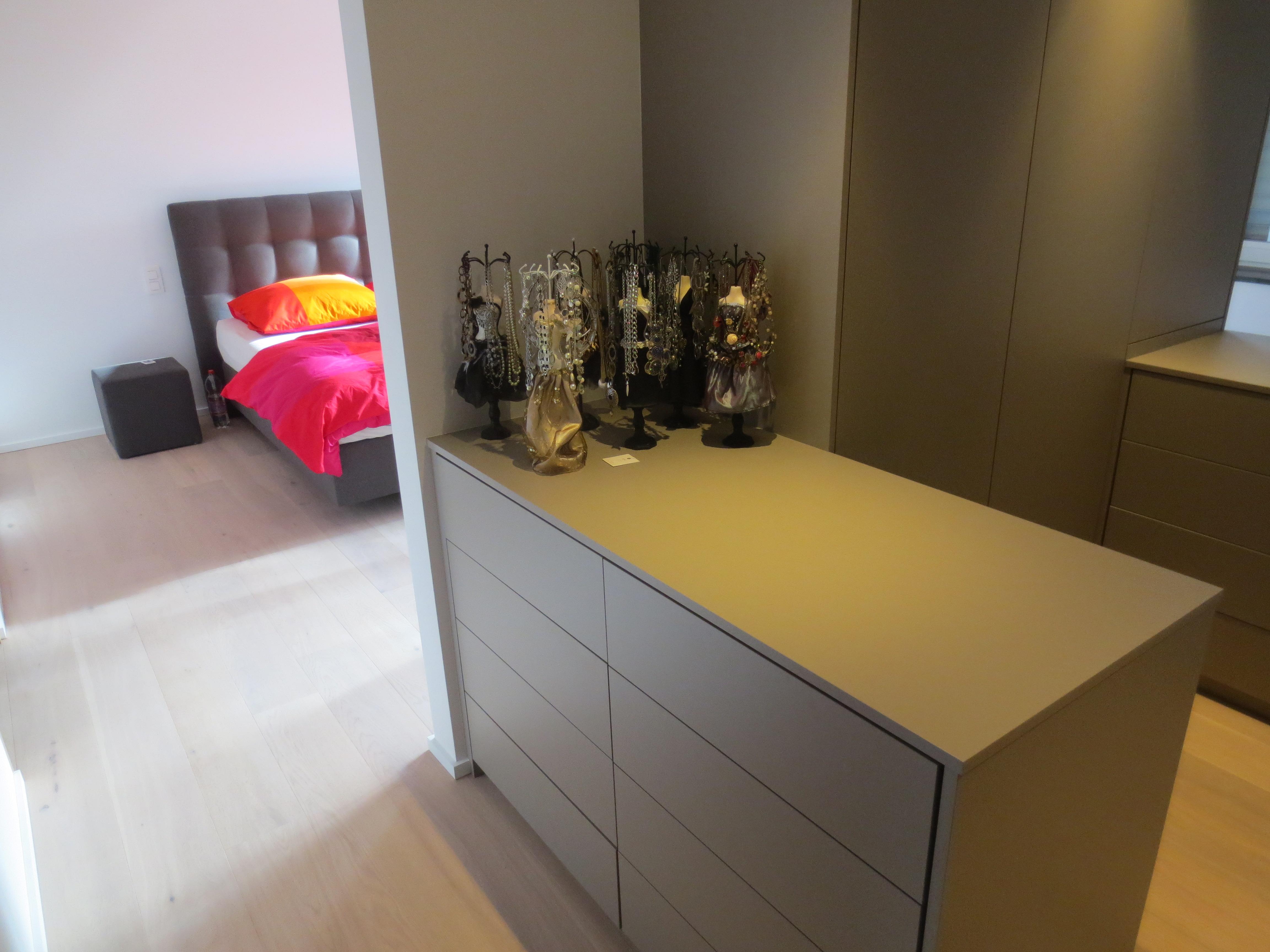 Afgewerkte grote slaapkamer met dressing