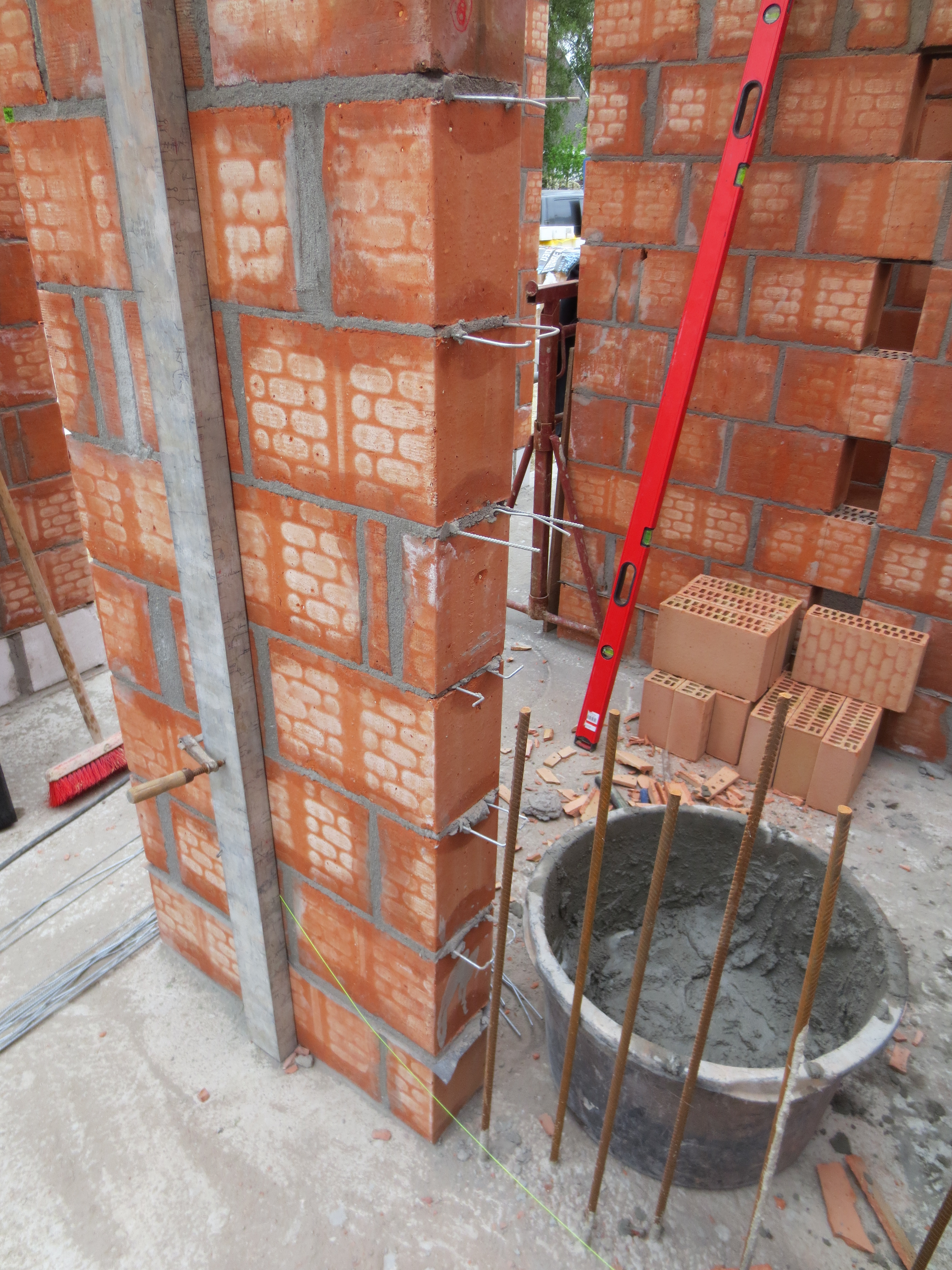 Muur verankerd aan te storten betonkolom