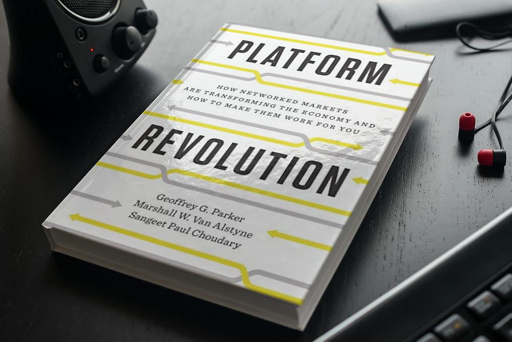 A revolução das plataformas digitais e como os mercados em rede transformam a economia. As plataformas digitais transformaram a economia nas últimas duas décadas, sendo o modelo de negócio que mais contribui para a transformação digital da economia e das empresas. A Uber, o Airbnb, a Amazon, a Apple e a PayPal revolucionaram os mercados quando lançaram os seus negócios. Hoje são líderes da indústria. Qual é o segredo do seu sucesso?