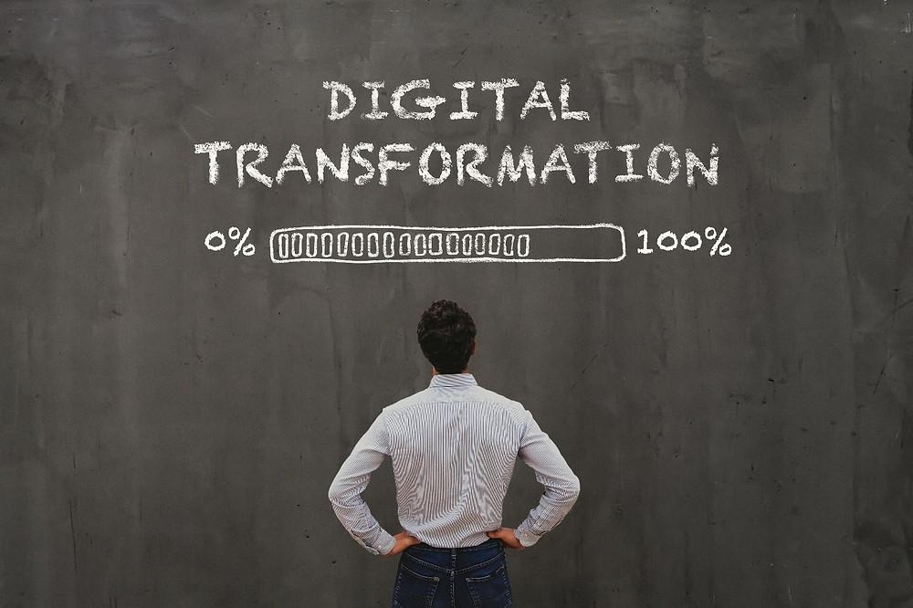 A transformação digital é o tema central em muitas empresas e governos de todo o mundo. Governantes e executivos de todas as indústrias usam tecnologias digitais como 'Big Data', as redes sociais ou dispositivos inteligentes para transformar o mundo dos negócios e a sociedade.