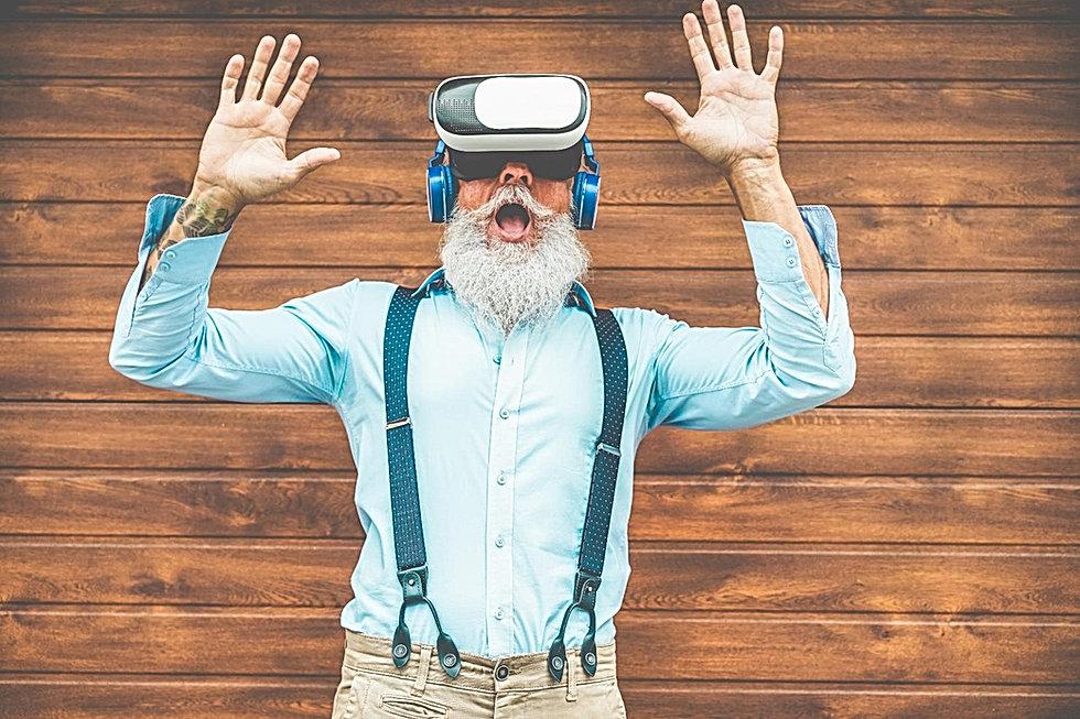 Foto de Hipster com óculos de realidade virtual com um ar de admiração na página de contato do Dialeto Digital