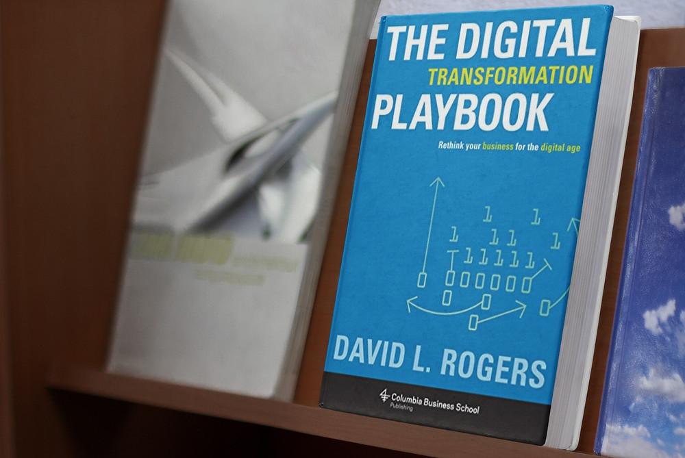 O livro de táticas da transformação digital. Baseado numa década de pesquisa e ensino na Columbia Business School, David Rogers mostra como as empresas da era pré-digital podem revigorar os seus planos de negócio e capturar as novas oportunidades do mundo digital.