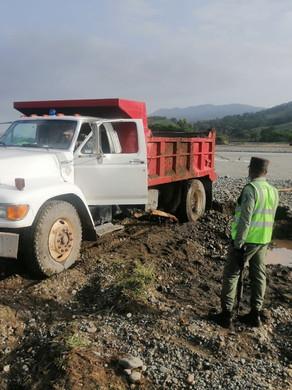 SENPA incauta camión mientras extraían material desde interior de río Yuna en Bonao