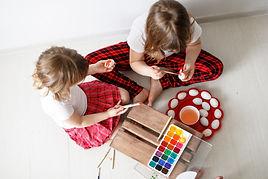 deux-enfants-peignent-oeufs-aquarelle-pa