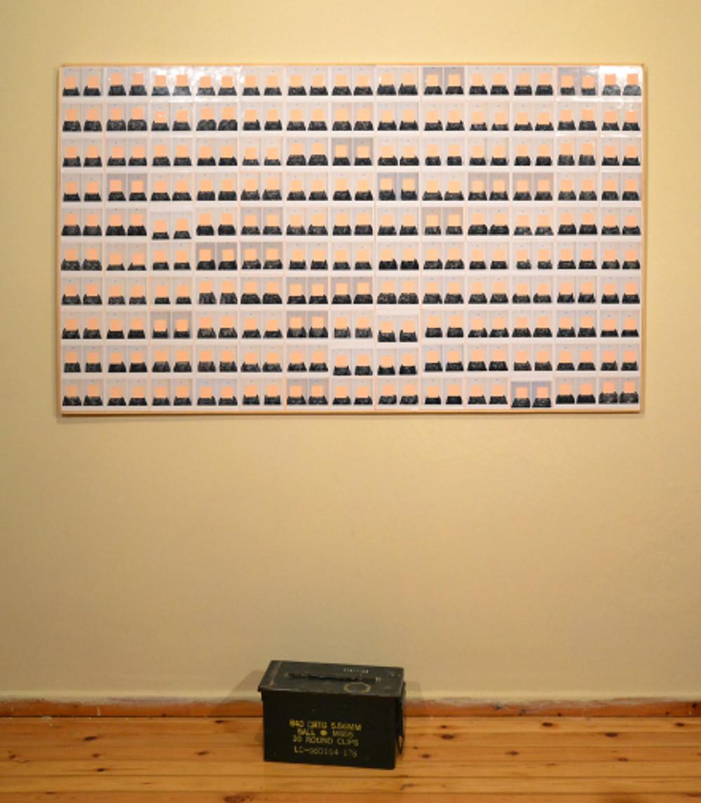 Ασχημονώ, μεταβλητές διαστάσεις, ξύλο, χρώμα, φωτογραφίες, κιβώτιο πυρομαχικών, ηχητική εγκατάσταση, 2