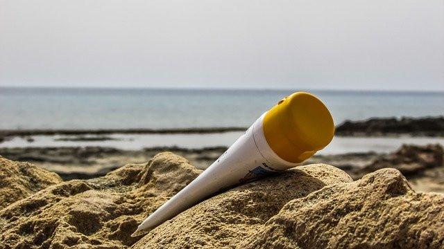Protector solar en la arena de la playa