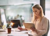 ¿Cómo te afecta la luz de las pantallas y qué soluciones cosméticas hay?