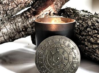 Kaptara Ori te lleva al calor de una chimenea con su vela de brasa de encina